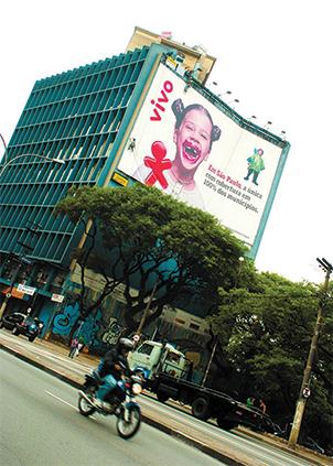 Empena com campanha sobre expansão da cobertura Vivo, em época anterior à Lei Cidade Limpa, em São Paulo