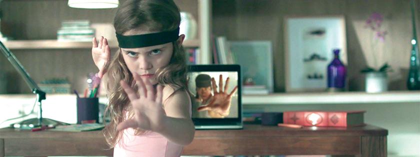 Comercial de garotinha que não quer ficar restrita ao balé, aprende kung fu pela internet.
