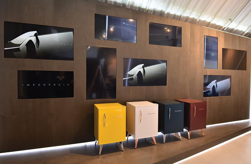 A loja conceito Brastemp Experience, instalada em São Paulo, foi desenvolvida pela Bferraz como ambiente de relacionamento com parceiros, arquitetos e consumidores, com programação de cursos e workshops de gastronomia com renomados chefs
