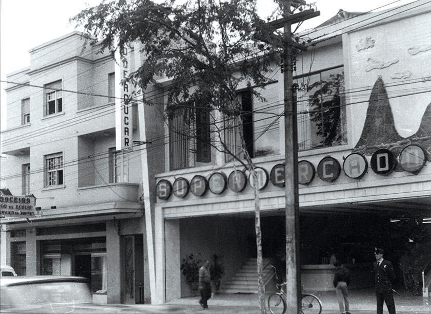 Em 1959, foi inaugurado o primeiro supermercado Pão de Açúcar, na Avenida Brigadeiro Luís Antônio, em São Paulo