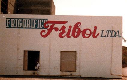 """Em 1970 é criado, num escritório em Formosa, Goiás, o nome Friboi — uma junção entre as palavras """"frigorífico"""" e """"boi"""""""