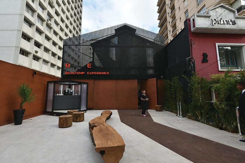 """Inaugura o espaço Brastemp Experience, um ambiente de relacionamento com consumidores, parceiros e arquitetos. Veicula a campanha """"Performance Máxima"""", focada em mídia digital"""