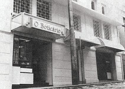 A farmácia de manipulação O Boticário foi inaugurada em 1977, em Curitiba, pelo bioquímico Miguel Krigsner