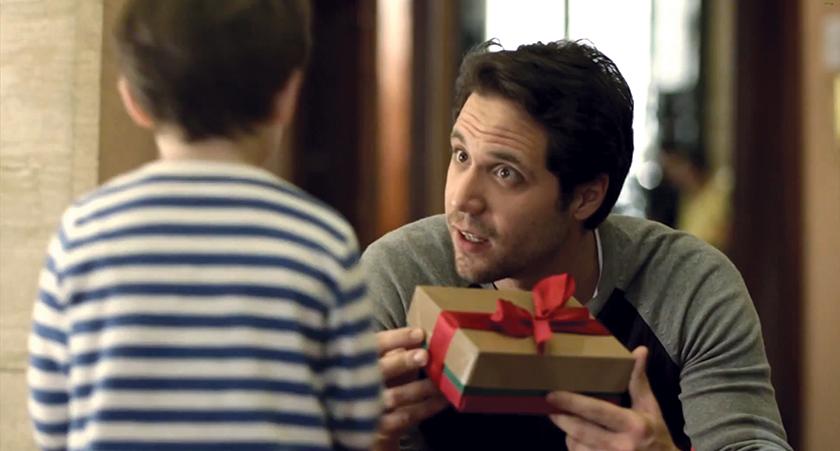 """No filme """"Família Moderna"""", do Natal de 2013, filho pega economias de seu cofrinho para presentear os pais recémseparados, dizendo que os presentes foram enviados pelo ex-parceiro(a)"""